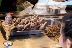 Królik głowy i lody ulicy jedzenie Zdjęcia Royalty Free