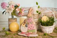 Królik kształtował Easter katarzynkę, trawa, wakacyjna wiosna dekorujący stół fotografia royalty free