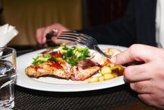 Królik noga z jabłczaną confit i warzywa sałatką Fotografia Stock