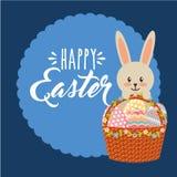 Królik trzyma koszykowej kwiecistej jajko dekoraci Easter szczęśliwą etykietkę Zdjęcie Royalty Free