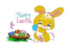 Królik trzyma Wielkanocnego jajko obok kosza motyle i Obrazy Stock