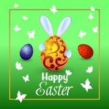 Królik trzyma wielkiego Wielkanocnego jajko w jego rękach, motyle fl Obraz Royalty Free