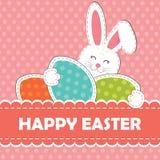 Królik z wyginającym się ucho trzyma jajko w swój rękach i powitalnym tekscie na różowym tle easter karciany powitanie Zdjęcie Stock