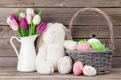 Królik zabawka, Easter jajka i kolorowi tulipany, Zdjęcie Royalty Free