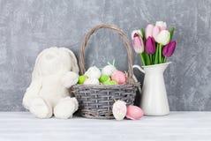 Królik zabawka, Easter jajka i kolorowi tulipany, Zdjęcia Royalty Free