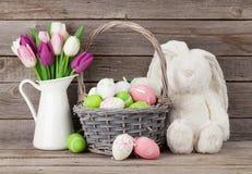 Królik zabawka, Easter jajka i kolorowi tulipany, Fotografia Stock