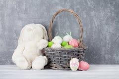 Królik zabawka i Easter jajka Zdjęcia Royalty Free