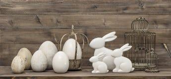 królika Easter jajka wiązka rzeźbiący dekoraci winogron rocznik drewniany Zdjęcia Royalty Free