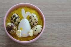 Królika i przepiórki jajka w gniazdeczku Obrazy Royalty Free