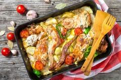 Królika mięso piec z kwaśną śmietanką i pomidorami, pieprze, czosnek, Obrazy Stock