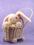 królika pluszowy pram wicker Fotografia Royalty Free