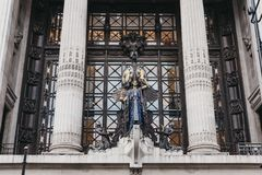 Królowa czasu zegar nad główne wejście Selfridges wydziałowy sklep, Londyn, UK zdjęcia royalty free