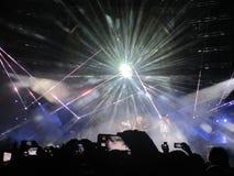 Królowa i Adam Lambert koncert zaludniamy magnetofonowego smartphone zdjęcia royalty free
