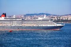 Królowej Elizabeth liniowiec w Bosphorus Fotografia Royalty Free