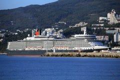 Królowej Elizabeth oceanu liniowiec w Yalta, Ukraina Zdjęcie Stock