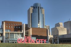 Królowej miasto podpisuje wewnątrz Cincinnati Dzwonił królowej miasto po karmazynki Fotografia Stock