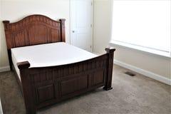 Królowej Sklejony łóżko Unmade z Piankową materac Zdjęcie Royalty Free