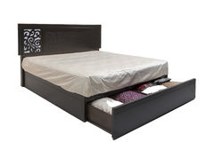 Królowej sklejony nowożytny łóżko z materac i elegancki projekta wzór na swój kierowniczej desce Zdjęcie Stock