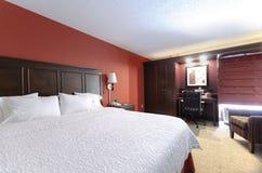 Królowej wielkościowy łóżko w pokoju hotelowym Zdjęcie Royalty Free