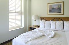 Królowej wielkościowy łóżko w pokoju hotelowym Obraz Royalty Free