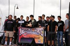 Królowej zatoczki szkoły średniej piłki nożnej drużyna przy królowej zatoczki Blokowym przyjęciem, królowej zatoczka, Arizona Obraz Royalty Free