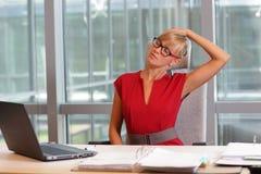Krótka przerwa dla ćwiczenia na krześle w biurze Zdjęcie Stock