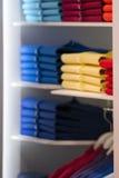 Krótka rękawa polo koszula na pokazu stojaku Zdjęcia Stock
