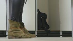 Krótkopędy od puszka - kobieta komes przebieralnia i otwierają drzwi spiżarnia zbiory wideo