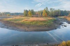 Krökning av den shoaled floden Arkivfoto