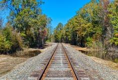 Krökning i järnvägspåren arkivfoto