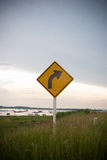 Krökning till högert trafiktecken Fotografering för Bildbyråer