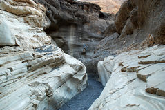 Krökningarna av stenar i Death Valley Royaltyfri Foto