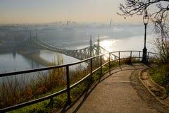 Krökt bana, Budapest stad och frihetbro Arkivbilder