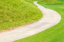 Krökt banagräsplangolfbana och härlig naturplats Royaltyfri Fotografi
