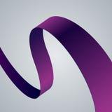 Krökt band för purpurfärgat tyg på grå bakgrund Arkivfoton