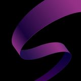 Krökt band för purpurfärgat tyg på svart bakgrund Arkivbilder