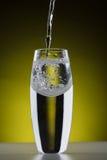 Krökt exponeringsglas på en gul lutningbakgrund Royaltyfri Foto