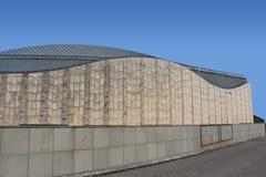 Krökt futuristisk byggnad Arkivfoto