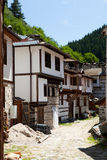 Krökt gata för Shiroka lyka i Bulgarien Royaltyfria Bilder