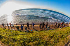 Krökt horisont för fiskaresoluppgånghav Arkivfoto