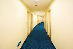 Krökt korridor för hotell royaltyfri bild