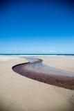 Krökt liten vik längs stranden Royaltyfri Foto