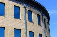 Krökt modern kontorsbyggnad Royaltyfri Fotografi