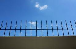 Krökt stål på väggen Arkivbild