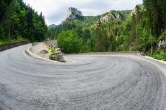 Krökt väg i den Bicaz kanjonen, Rumänien Arkivfoto