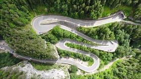 Krökt väg med bilar och härligt skoglandskap Bicaz klyftor, Rumänien stock video