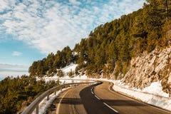 Krökt väg på bergen i vinter Arkivfoto