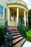 Krökta Front Steps till det härliga hemmet i sydlig Förenta staterna Fotografering för Bildbyråer