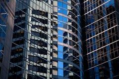 Krökta Glass skyskrapareflexioner Fotografering för Bildbyråer