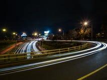 Krökta ljusslingor på nattetid Arkivbilder